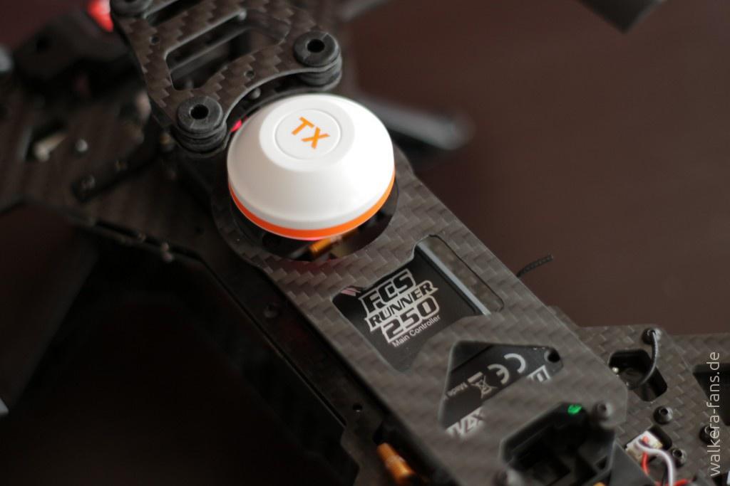 Der Videotransmitter überträgt ein analoges Videosignal im B-Band des 5,8-GHz-Frequenzbereichs. Die Module wie FPV-Sender oder Flugsteuerung sind auf das Power Board gesteckt.